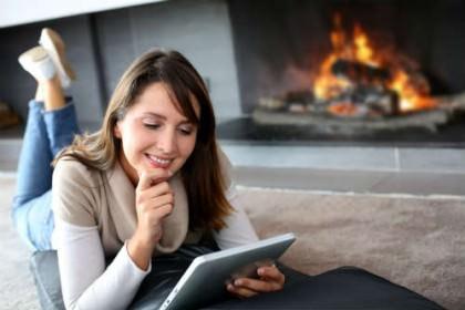 Billede af kvinde der ser Netflix på tablet